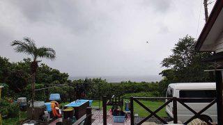 風は涼しく強くもあるが雲の合間からは青空も見られていた9/30の八丈島