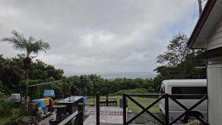 風は強いが雨は弱まり一時空は明るくなっていた10/11の八丈島