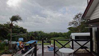 強まる風で時折雨降りスッキリしない空模様となっていた10/14の八丈島