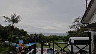 青空次第に見られるものの雨もパラついていた11/12の八丈島
