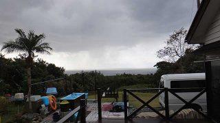 青空あるが雨も降り落ち着かない空模様となっていた12/22の八丈島