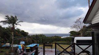 早めのうちは雨は降ってはいたが青空もあった1/2の八丈島