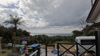 パラっと雨粒落ちてはくるが雲の合間から青空見られていた1/20の八丈島