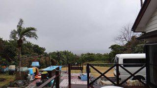 晴れ間はあるが雨も降り落ち着かない空模様となっていた1/25の八丈島