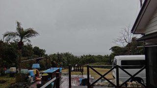 雨は次第に止んではくるが荒れた天気となっていた2/15の八丈島