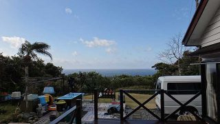 青空広がり日差しはあるが風は冷たくあった3/3の八丈島