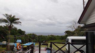 風は暖かくはあるものの雲は広がり雨も降ってきていた4/13の八丈島