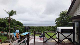 空は少し明るくあるが雲は広がり雨も降ってはきていた6/28の八丈島