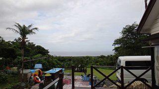 青空見えるが雨も降り落ち着かない空模様となっていた7/13の八丈島
