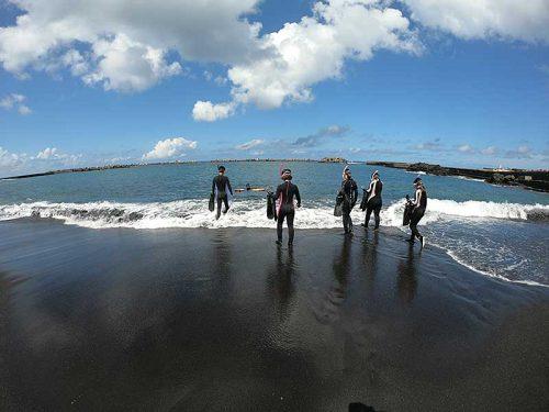 少し波立つ砂浜で