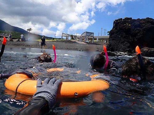 浮き輪に掴まり海に慣れてき