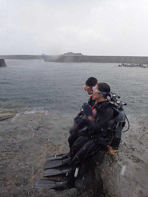 激しい雨降る八重根の海で