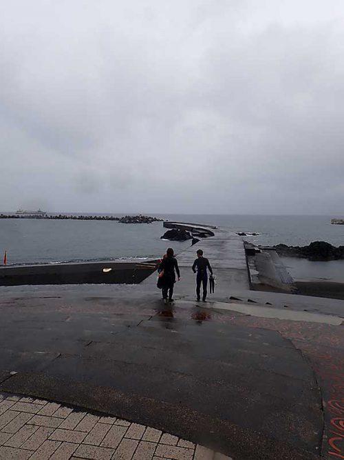シトシト雨降る底土の海へ行きまして
