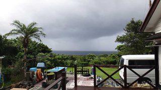 雲は広がり時折雨も強まってグズついた空模様となっていた9/18の八丈島