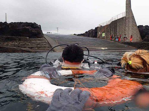 湾内の穏やかなところで浮き輪に掴まり色々練習していって
