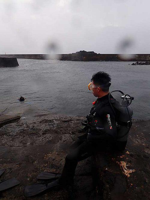 雨は降っても穏やかな八重根の海で