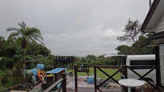 雲は広がり次第に雨もしっかり降ってきていた10/14の八丈島
