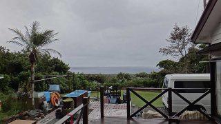風は強まりグズつく天気で寒くもなっていた10/18の八丈島
